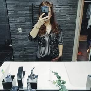 Säljer min fina skjorta med ränder och stjärnor då jag inte har den stilen längre. Den är knappt använd så den är som ny.✨