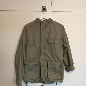 Säljer en fjällräven Greenland Womens jacket, då den inte kommer till användning helt enkelt! 10/10 skickmässigt, ser helt oanvänd ut. Storlek M men passar mig som är en S, beroende på hur man vill att den ska sitta.