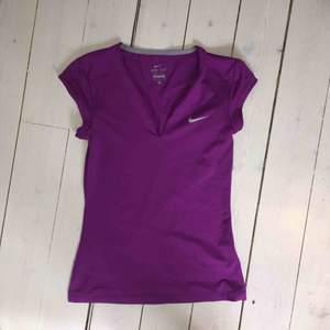 Lila (lite lila-rosa) träningstopp från Nike. Vääldigt skönt material och i toppenskick. Väldigt stretchig, nypris ca 400