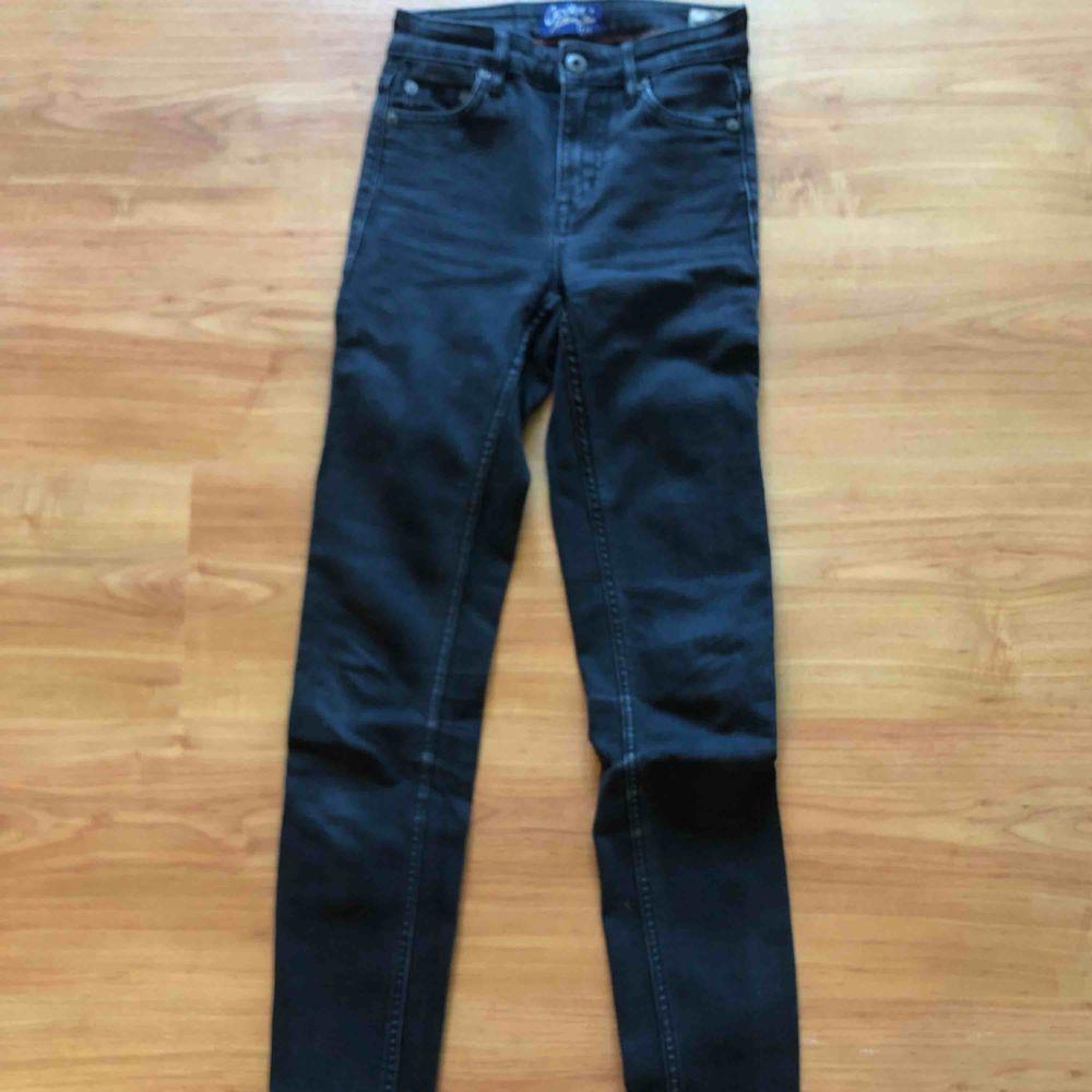 Crocker Jeans säljer för de är försmå för mig Använda fåtal gånger Ska vara slitna i färgen Frakten står ni för. Jeans & Byxor.