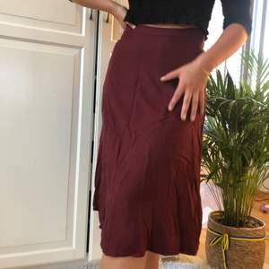Underbar vinröd kjol som dessutom har fickor!! 🥰🥰🥰 knapp använd!! Köparen står för frakt!! 59kr🧚🏼🧚🏼 (möjligen 42kr om den får plats i de lilla fraktpaketet från postkort!)