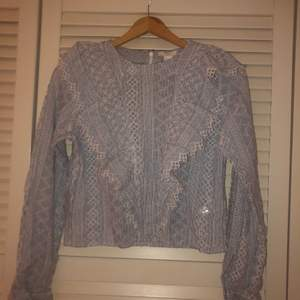 Säljer denna blus från H&M som blir jätte fin nu till sommaren. Knappt använd då den bara är änvänd 2 gånger. Skriv om ni vill ha bilder