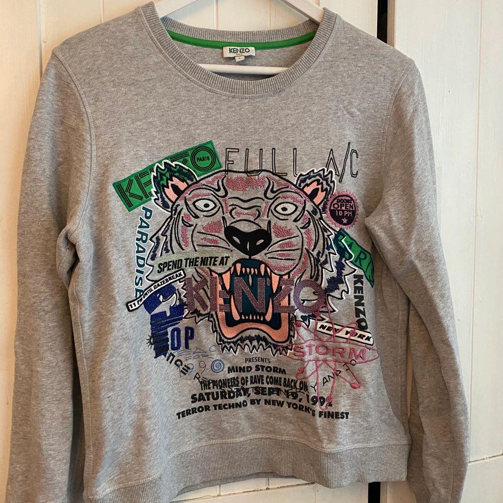 Limited edition Kenzo tröja, köpt på NK i sthlm, har letat men hittar tyvärr inte kvitto men den är köpt för 2229, strl L men dom är små i strl så skulle mer säga en S/M. Tröjor & Koftor.