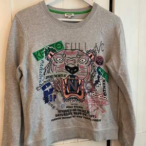 Limited edition Kenzo tröja, köpt på NK i sthlm, har letat men hittar tyvärr inte kvitto men den är köpt för 2229, strl L men dom är små i strl så skulle mer säga en S/M
