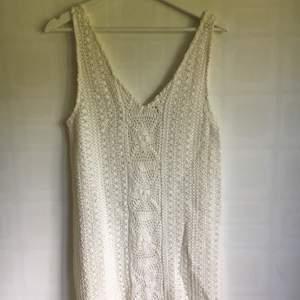 Supergullig vit virkad sommarklänning från Zara. Säljer för att den inte har kommit till användning, den är endast använder gång så helt i nyskick! (Ljuset på bilden gör att den ser lite gul ut, mensen är helt vit!!) Kan mötas upp i Lund elr posta:)