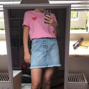"""Ny oanvänd t-shirt i storlek S från vero Moda😍så söt och trendig!💗den jag ett broderat hjärta i rött där det även står """"sweetheart""""🌸köptes för: 189kr💛frakt tillkommer"""