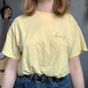 Ljusgul T-shirt från brandy Melville, den är i onesize men jag skulle uppskatta den som en S (jag har strl s i vanliga fall) möjligen M beroende på hur man vill att den ska sitta💛 🦎1 plagg 30kr🦎2 plagg 50kr🦎3 plagg 70kr🦎4 plagg 95kr🦎5 plagg 120kr🦎