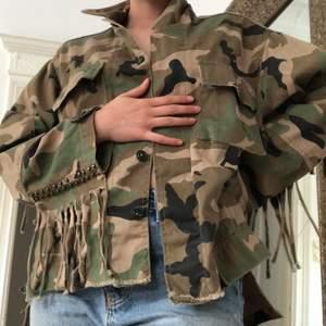 Låt mig berätta till dig att militärjackor är så snygga. Alla behöver en och denna är perfekt, fransarna är en cool detalj! Köpt på Zara och kostade 400kr, säljer för 200kr men priset går absolut att diskutera:) köparen betalar frakt