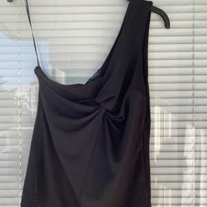 Supersnygg, oanvänd linne säljes. Strl: S.