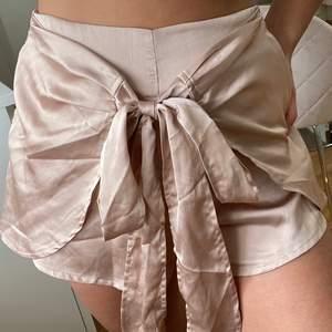 Superfina shorts i satin/siden material från shein storlek XS, normal i storlek! Mauve/puderrosa/gammelrosa i färgen. Jättefint skick! Köpare står för frakt på 40kr💞