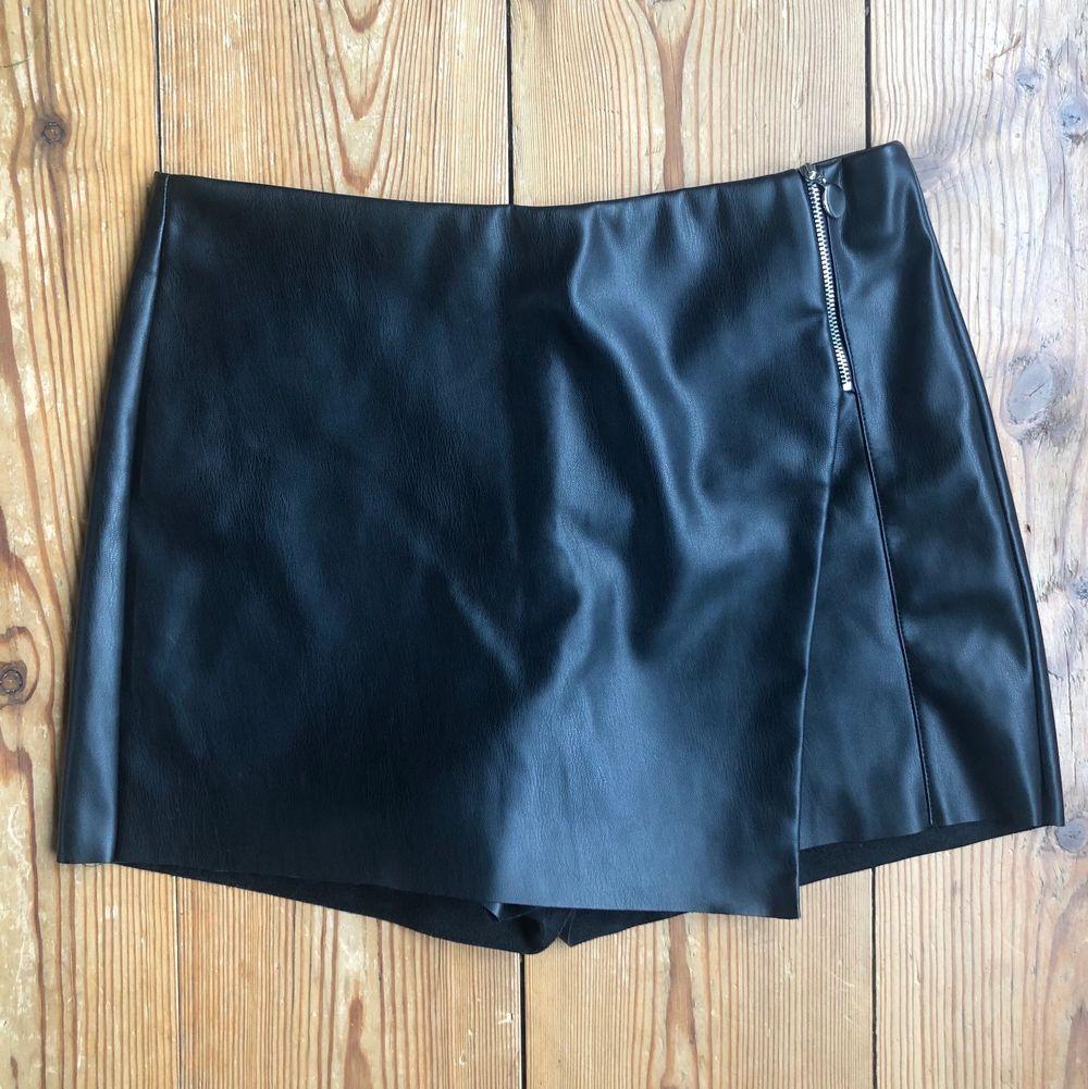 Cool shortskjol i läderimitation från Zara. Snygg passform. Shorts.