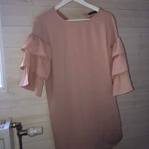 Ljusrosa klänning med volanger från only, perfekt till sommaren, strl S. Endast använd en gång, på bal! 150 kr, frakt tillkommer! 💜💕✨
