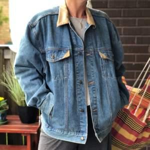 Oversized jeansjacka med fina läderdetaljer från märket Garrison! Strl L och sitter skitsnyggt på alla 🧡 köparen står för frakt eller möts i Göteborg!