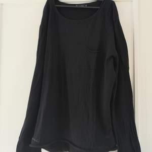 HERR! Svart tröja i tunt stickat material från Bondelid. En liten ficka på vänstra bröstparti. Storlek XL. Aldrig använd. 100 kr. Köparen står för frakten! 🌸