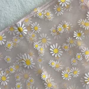 Blommig trendig genomskinlig sjal som man ha lver håret eller så kan man använda den till något annat. 🤷🏻♀️ Den är 60•60 cm. Frakten står på 11 kr
