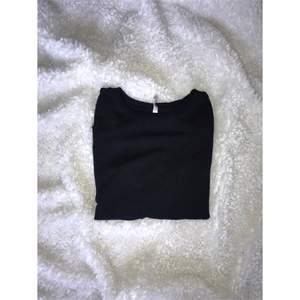 Vanlig svart sweatshirt. Aldrig använd från New Yorker eller H&M minns inte riktigt. Frakt tillkommer.