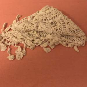 En vit sjal från h&m. Det finns också 2 olika rosa sjalar