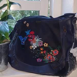 Cool väska från Desigual. Väskan är ganska stor och rymmer mycket. Kan användas som handväska, men tillkommer ett band så du kan även ha den på axeln. Den är helt ny och oanvänd. Pris kan diskuteras. Frakt tillkommer🌿🎀
