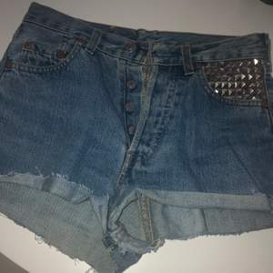 dessa LEVIS shorts var ett par heta favoriter en gång i tiden.. satt dit nitar själv för att piffa upp dom och WOW vad komentarer ja fick! säljer av då ja behöver rensa lite men är en xs-s så passar en som har den storleken!