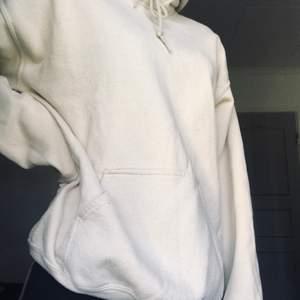 Säljer denna oversized hoodie i den perfekta beiga färgen då den tyvärr inte kommer till användning💕