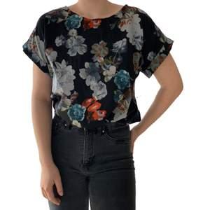 Blomstrig T-shirt. Stora armar, materialet är lite elastiskt. Tröjan är från lager 157 och i storlek S, passar XS-L. En snabb affär uppskattas 💜