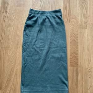 Grön tight kjol, är 171cm och går till knäna. Använd 1-2 gånger. 120kr inklusive frakt.