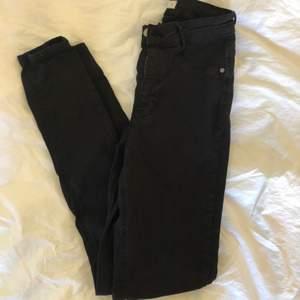 """Svarta jeans i modellen """"Molly"""" från Gina tricot, använt ett par gånger men fortfarande i fint skick."""