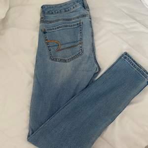 Jeans from American Eagle, sparsamt amvända i storlek 2 som motsvarar 26. Köparen står för ev fraktkostnad🌸🌸