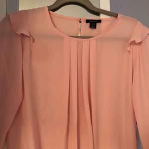 En rosa halvtransparent blus, använd två gånger enbart pga inte riktigt min stil men är säkert jättefin på någon annan ☺️ frakt ingår i priset!