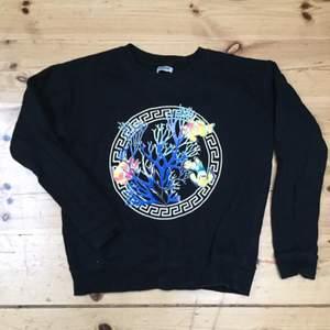 Versace-liknande tröja från weekday använd några fåtal gånger pga min chef köpte likadan :(