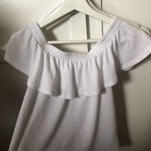 En vit of-sholder tröja i storlek xs för 30kr