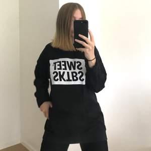 Relativt lång svart sweatshirt från SWEET SKTBS🖤 Jag köpte den i second hand men den är fin i kvaliteten. Köparen står för frakt. Kan även hämtas i Uppsala 🥰
