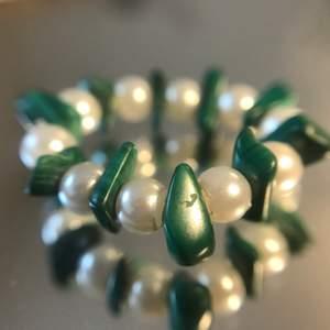 Fin pärlring med vita pärlor och turkosa stenlinknande pärlor. Gjord i gummitråd så den är elastisk och passar de flesta fingrar.                       Alla pärlor jag använder är återvunna från secondhand. Så varje smycke är unik och av begränsat antal;)