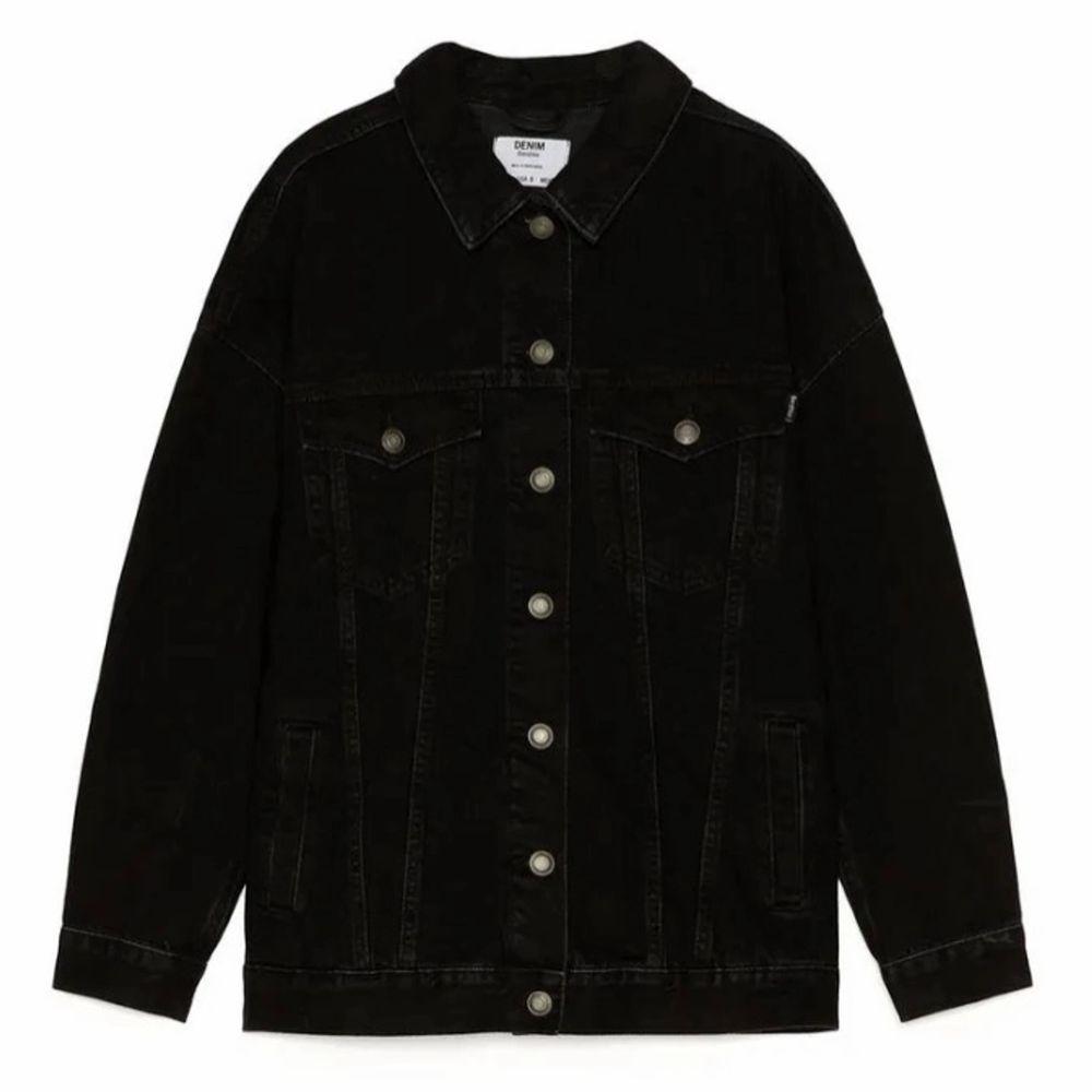 Jättefin oversized jeansjacka från bershka. Jättefint skick, en liten fraktkostnad tillkommer för köparen💖. Jackor.