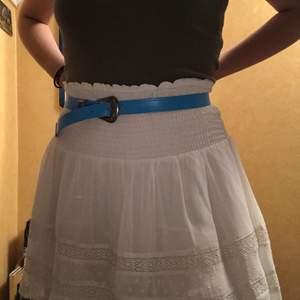 Vit söt kjol strl medium eller large, midjan är elastisk. Använd en gång, i nyskick. Två lager tyg broderat🖤 (frakt ingår ej)