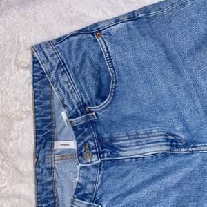 Weekday voyage jeans i en ljusblå färg, dom har ett hål uppe vid linningen (se bild 3) men inget som syns när man bär dem. Storlek 32/30, ganska korta på mig som är 174 men ser fof bra ut, beror på hur man vill att de ska sitta. Frakt tillkommer