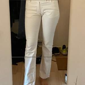 Filippa K, snygga vita byxor. Tighta i storlek Small. Lagom i längden. Passar till det mesta.