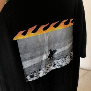 Supersnygg t-shirt med tryck från Weekday! Hör gärna av dig om du är intresserad! Budgivning om fler är intresserade!