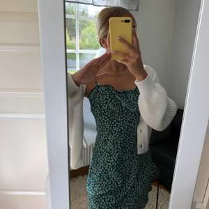 Säljer min fina gröna klänning från H&M💕 klänningen är slutsåld på hemsidan💕 är knappt använd💕 120kr och köparen står för frakten💕 storlek s💕