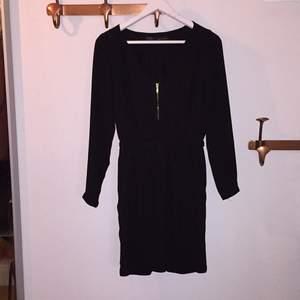 Lite finare svart klänning från Zara. Resår i midjan, snygg passform.