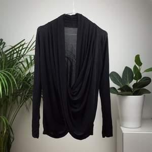 Ny från missáy, draperad framtill och glittrar i svart. Frakt tillkommer✨