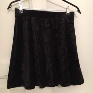 Kort vippig kjol i velour från monki. Resår i midjan.  Fri frakt