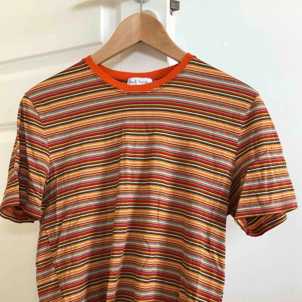 Vintage Paul Smith tröja från 90-talet. Har ett litet hål vid ena armen men kan lätt fixas, i övrigt fantastiskt skick. Passar som en small/ XS. T-shirts.