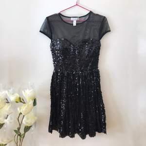 """En otroligt fin svart klänning med svarta paljetter från märket """"Model Behaviour"""" !🌸 Bra skick, den var tyvärr för stor för dottern när vi köpte den så den blev bortglömd i garderoben! Hoppas en annan tjej kan bära den med lycka snart!✨"""