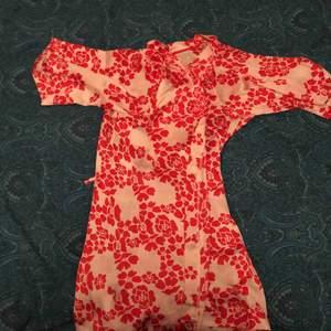 Super ball kort kimono från H&M i nytt skick! Den är silkig och super skön!