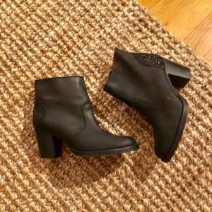 Fantastiska boots från Sixtyseven med glitterdetalj på hälkapporna. Helt oanvända, sprillans nya. Äkta läder samt innerfoder av äkta läder. Toppkvalitet!