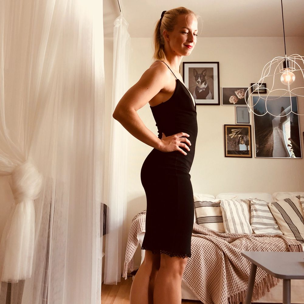 Jag är småbystad och har aldrig känt mig självsäker i denna annars ljuvliga klänning från NELLY. Stretchigt tyg. . Klänningar.