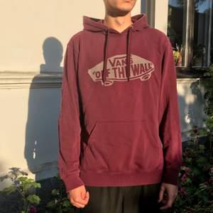 Jättemysig hoodie från Vans i fint skick. Säljer då den inte längre kommer till användning. Frakt ingår i priset!