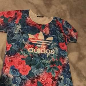 Storlek är XXL men passar som s fin adidas t-shorts med blommor