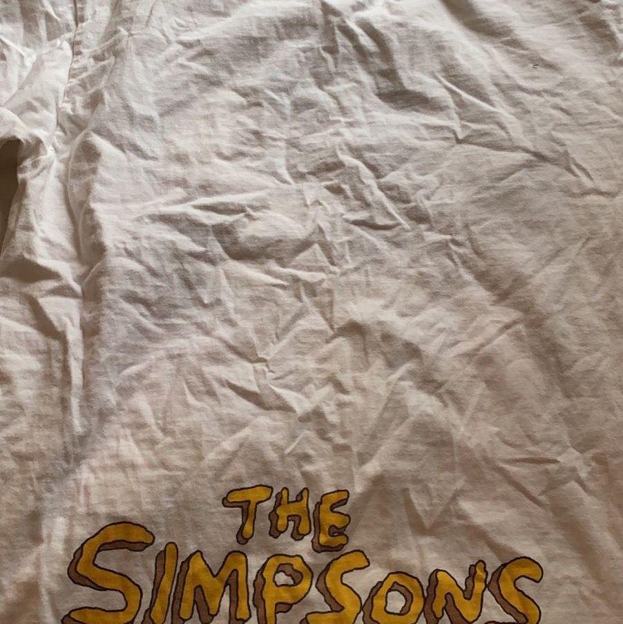 En rolig och söt t-shirt med The Simpsons tema tryck på framsida och logga på nedre baksida. Storlek XS/S. Ser lite skrynklig ut men går såklart att stryka!✨ Kan mötas upp var som i Skåne annars står köparen för frakt! Hör av dig för mer info/bilder💖. T-shirts.
